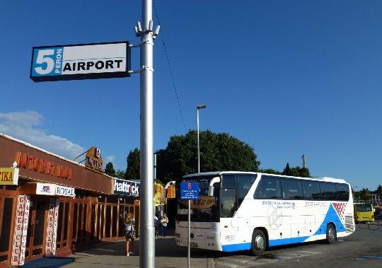 От центральной автобусной станции ежедневно отдоходит автобус, доставляющий пассажиров прямо к аэропорту
