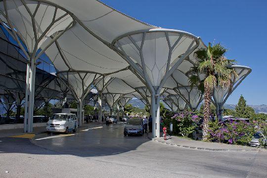 Вход в терминал аэропорта ''Split''