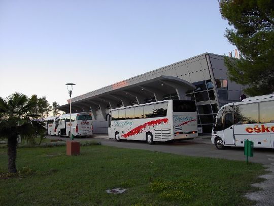 Каждые 1.5 -2 часа к зданию аэропорта приходят пассажирские автобусы
