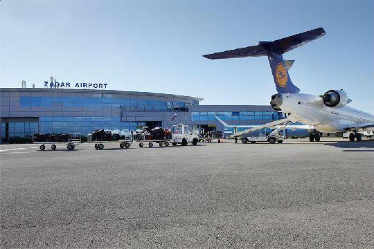 В течение года аэропорт Задара принимает самолёты из Загреба и Пулы, а в летний сезон - из России и некоторых стран Европы