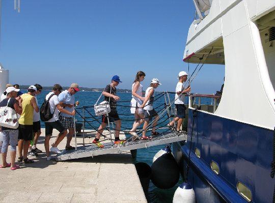 Посадка на паром в порте г. Фажана
