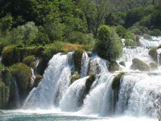 Самое красивое на Крке - это, конечно, водопады, чьё журчание слышится со всех сторон