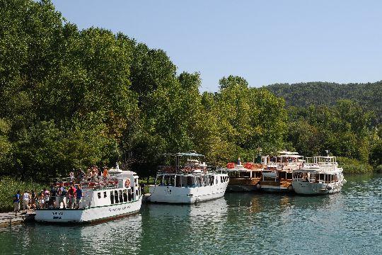 По озёрам курсируют катера на экологически чистой электрической тяге