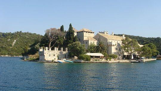 На берегах Большого озера находится остров св. Марии с бенедиктским монастырём
