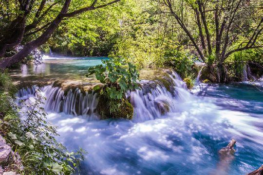 Плитвицкие озёра - это царство 140 водопадов разных размеров и конфигураций
