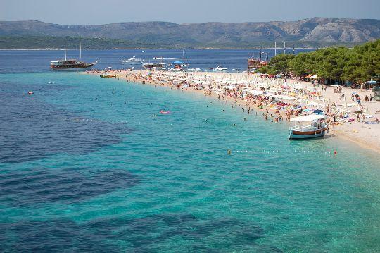 Полуторакилометровый песчано-галечный пляж ''Vela Plaza'' - один из самых лучших на острове