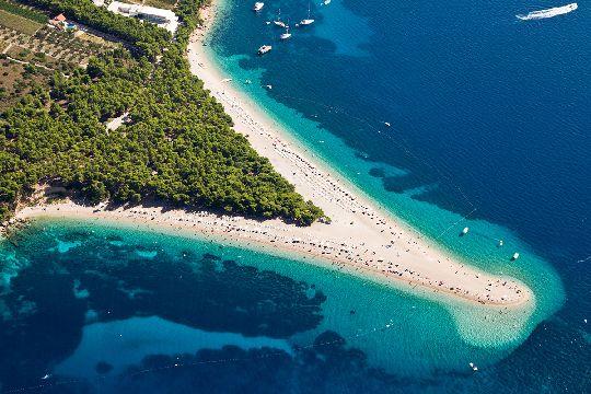 Этот пляж ещё называют ''Золотой Рог'', он представляет собой длинную песчаную косу протяжённостью почти 580 м.