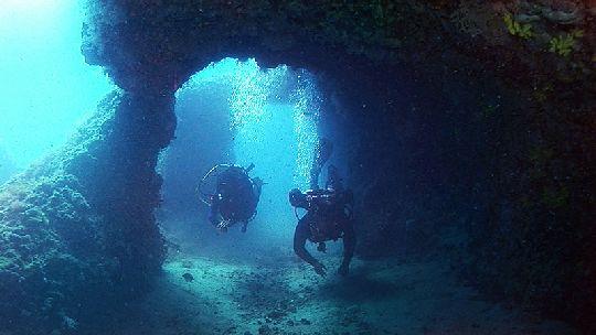 У острова на средней глубине можно погрузиться в подводные пещеры