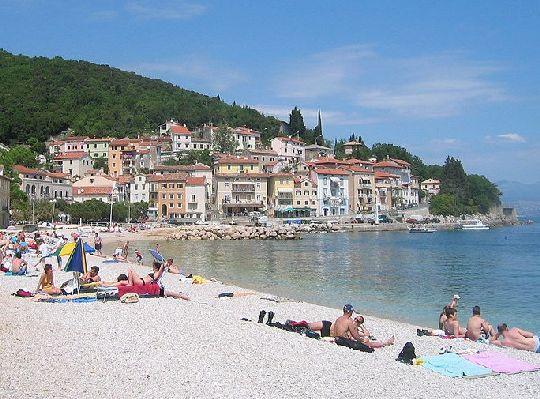 Большинство пляжей Истрии это искусственные бетонные платформы, природные камни и небольшие галечные лагуны