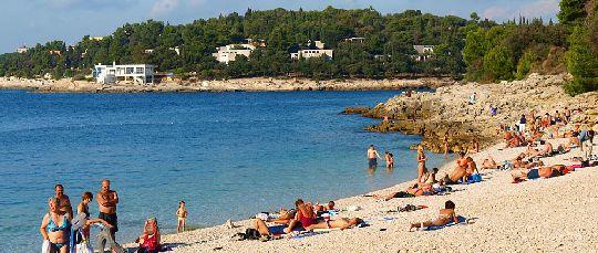 Пляж Ambrela на курорте Пула представляет из себя мелкую гальку