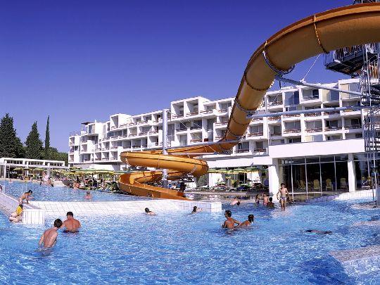 Некоторые семьи, особенно с маленькими детьми, довольствуются аквапарки при отелях